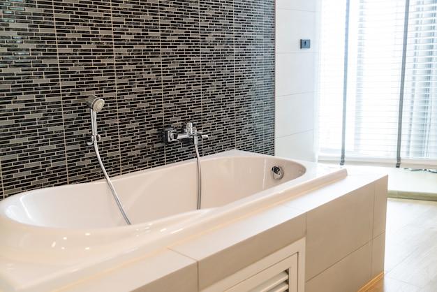 バスルームの白いバスタブ装飾インテリア