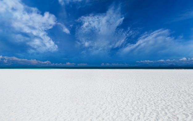 雲と白い砂浜