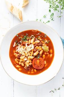 自家製トマトソースで煮込んだ白豆