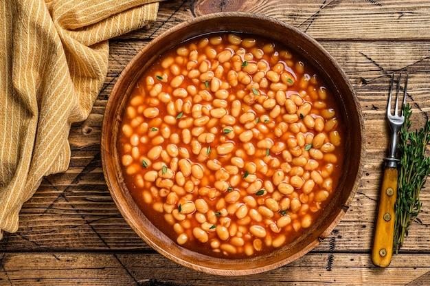 木の板にトマトソースの白豆