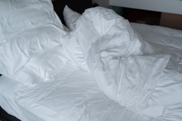 흰색 침대 배경, 수면 후, 더러운 침대