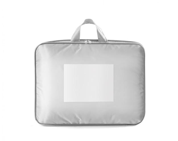 Белое покрывало, пуховое одеяло или подушка в розничной сумке изолированы.