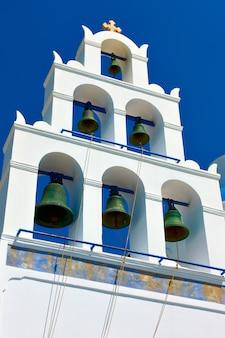 그리스의 푸른 하늘을 배경으로 산토리니의 이아에 있는 흰색 종탑