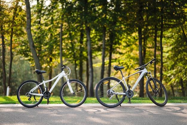 공원에 서있는 흰색 자전거. 아침 피트니스, 외로움.