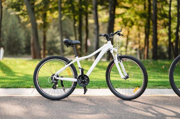 공원에 서있는 흰색 자전거