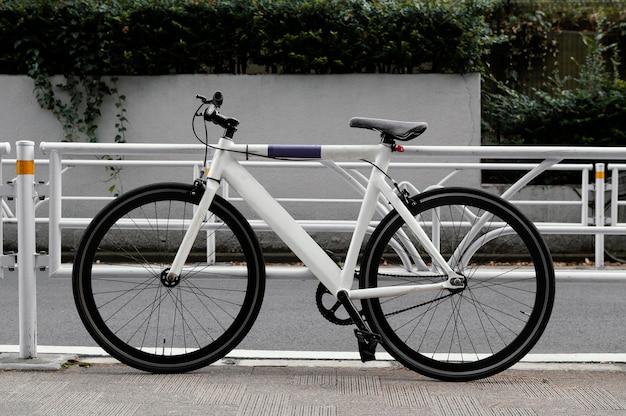 Белый велосипед с черными деталями