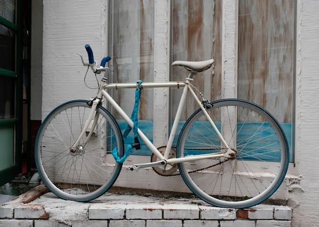 Белый велосипед с синими деталями