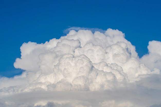푸른 하늘 배경에 흰색 큰 구름입니다. 푸른 하늘에 아름다운 구름 패턴