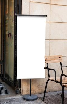 レストランの隣の白い看板