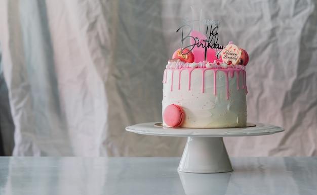ライトgrey.foodコンセプト記念日の背景に白いバースデーケーキ。