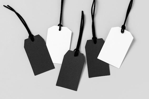 Assortimento di etichette bianche e nere