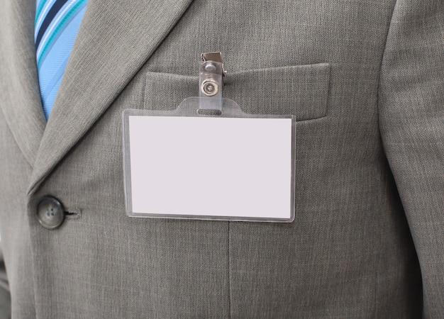 Белый пустой значок на мужском торсе