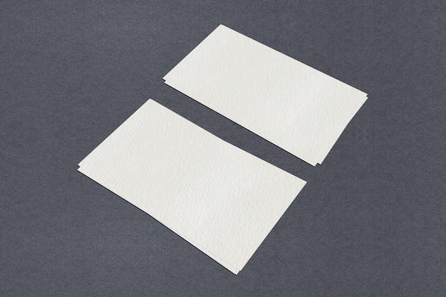 白い空白の名刺テンプレート、黒い背景に白い名刺