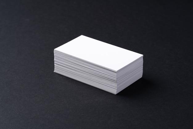 暗い黒いテーブルに白い空白の名刺