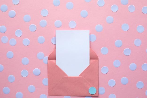 Белая пустая карточка в конверте. макет.