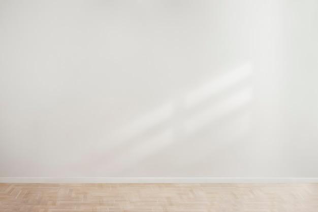 나무 바닥과 흰색 빈 콘크리트 벽 모형