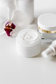 Белые пустые косметические флаконы, контейнер или баночка для крема, сыворотка и другие косметические продукты