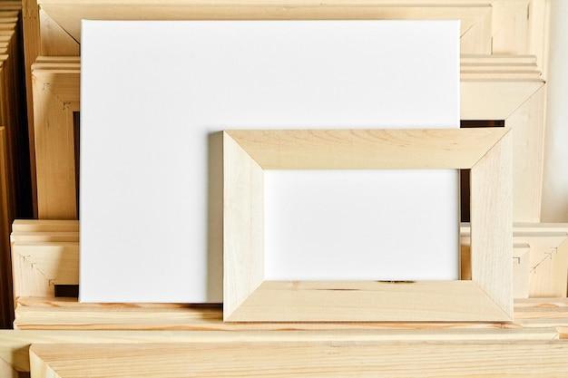 白い空白の綿のキャンバス。木製ストレッチャーバー