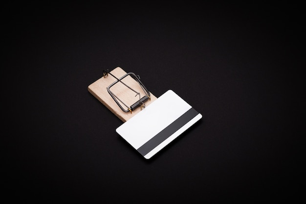 Белый пустой шаблон кредитной карты в деревянной мышеловке