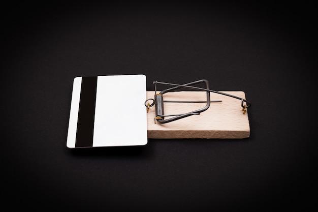 木製のネズミ捕りの白い空白のクレジットカードテンプレート