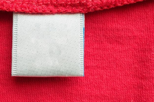 빨간색면 셔츠에 흰색 빈 세탁 관리 옷 레이블