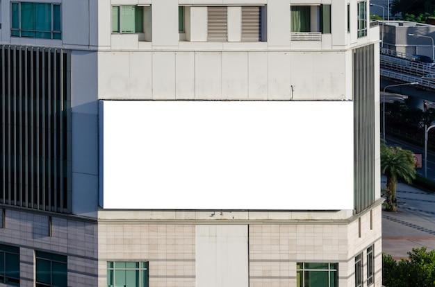 Белый пустой макет рекламного щита. уличная наружная реклама.
