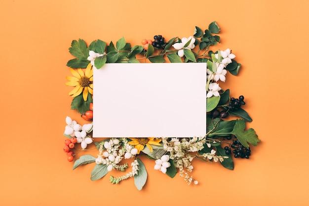 Белый чистый лист бумаги. праздничное приветствие. цветочный декор.