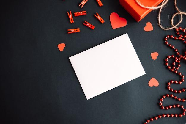 Белый чистый лист бумаги с сердечной праздничной лентой и подарочной коробкой. концепция дня святого валентина