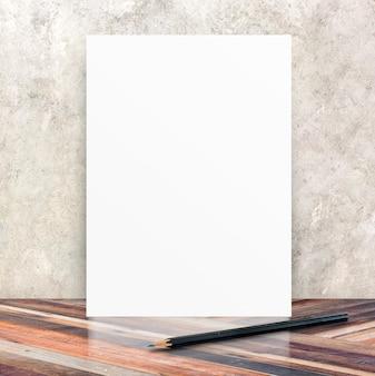 균열 시멘트 벽과 대각선 나무 바닥 방에 흰색 빈 포스터, 템플릿 귀하의 콘텐츠, 비즈니스 프리젠 테이션을 모의