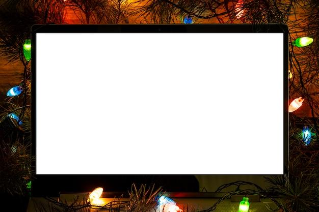 Белый пустой экран портативного компьютера для презентации ночного света на темном фоне, копией пространства, технологической концепции
