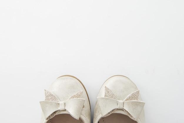 白い空白の女性靴モックアップスタンド分離、クリッピングパス。女性バレエフットウェアデザイン