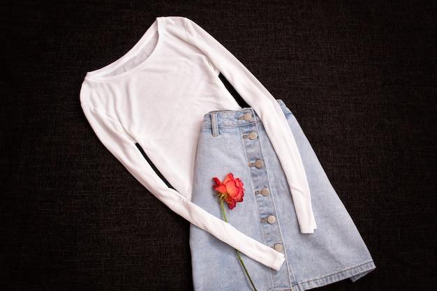 흰색 블라우스와 청바지 스커트, 장미. 유행 개념, 평면도