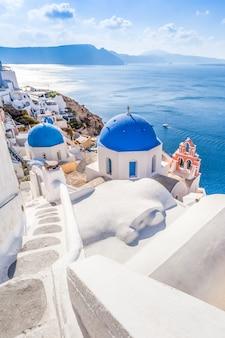 그리스 산토리니 섬에 oia 마을의 흰색 파란색 아키텍처