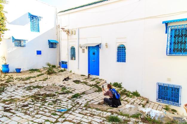 チュニジアのシディブサイドの白青の街。フランスの魅力を持つ東部のおとぎ話。