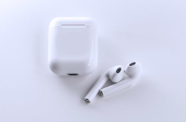 Белый телефон bluetooth - беспроводной на белом фоне