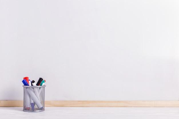 ホワイトボード、テーブル上のスタンドのマーカー。