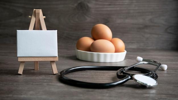 ホワイトボード、聴診器、卵、健康的な食事の概念。