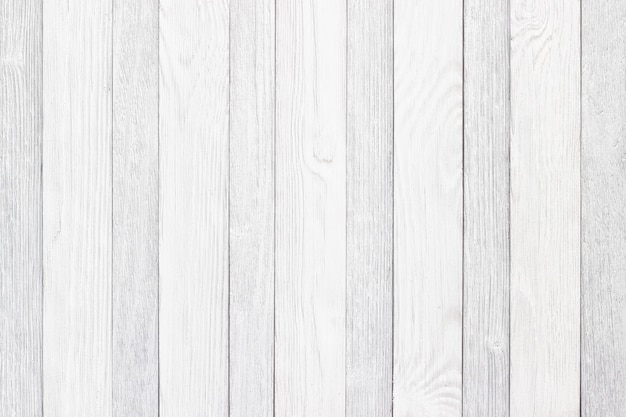 背景としてのホワイトボード、木製のテーブルや床の明るい質感