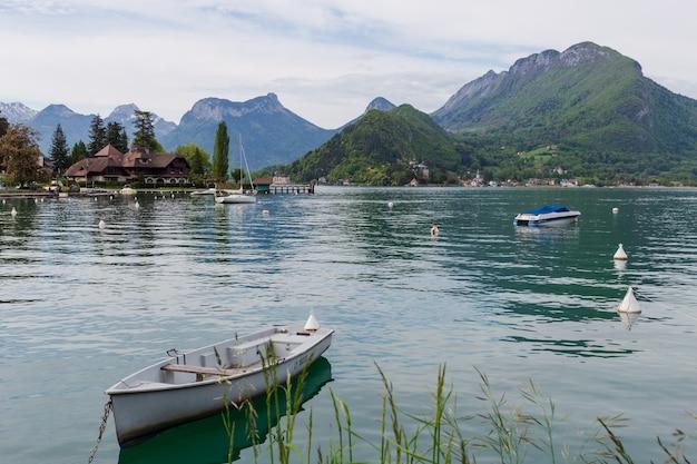 프랑스 알프스의 안시 호수에 있는 흰색 보트