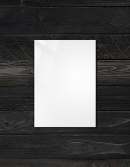 검은 나무 배경에 고립 된 흰색 책자 표지