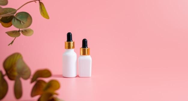 ホワイトボトルクリーム、ピンクの美容製品ブランドのモックアップ。