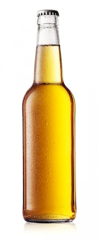 Белая бутылка пива с каплями