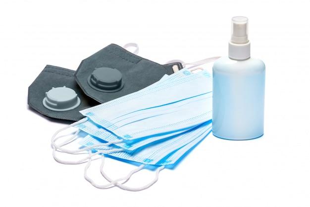Белая бутылка крема, лосьона, дезинфицирующего средства или жидкого мыла и защитной маски на белом фоне