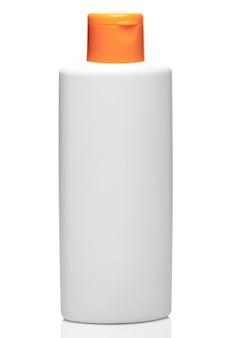 白い背景に分離された化粧品や家庭用化学薬品からオレンジ色のキャップと白いボトルをクローズアップ