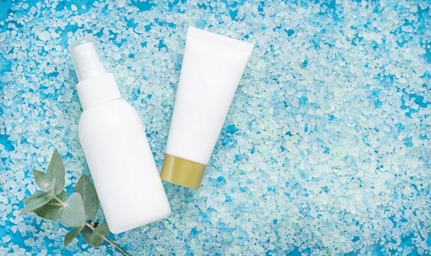 해수욕 소금 표면에 유칼립투스가 들어간 화장품 용 흰색 병.