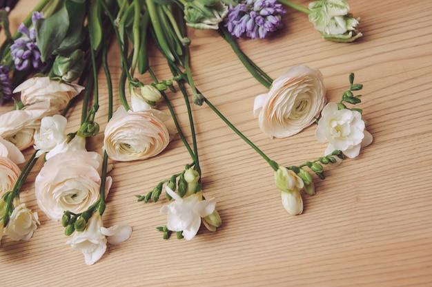 Белый букет цветов на деревянном столе