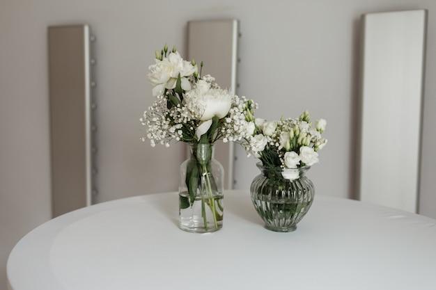 テーブルの上の白い花束の結婚式の装飾