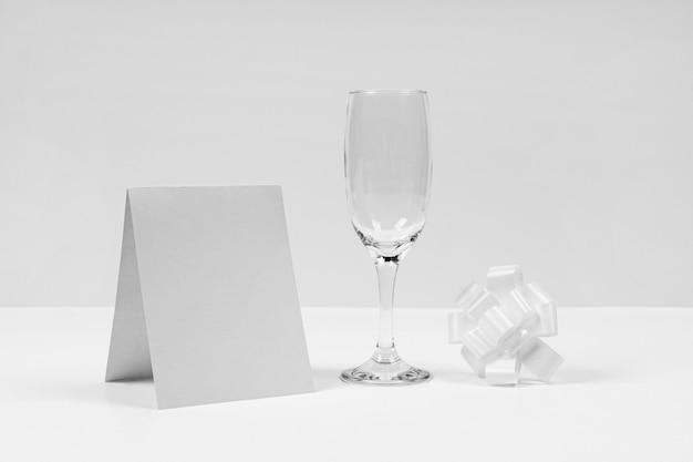 Композиция из белого банта со стеклом