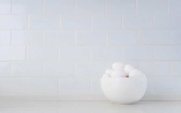 卵がいっぱいの白いボウル