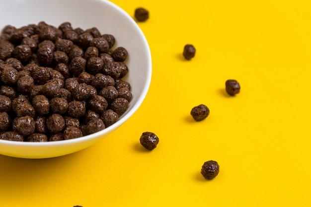 초콜릿 옥수수 시리얼 볼과 노란색에 우유와 흰색 그릇